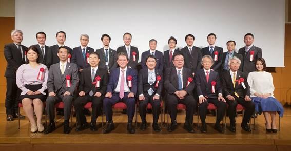 3人の講師の先生を囲んで、理事・評議員の先生と記念写真
